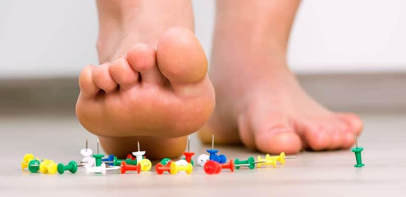 El dolor al andar alterar la fisiologia venosa y favorece el desarrollo de varices.